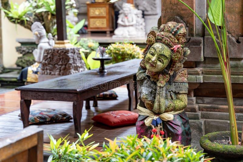 Estátua tradicional do Balinese no quintal da casa tradicional típica em Ubud fotos de stock