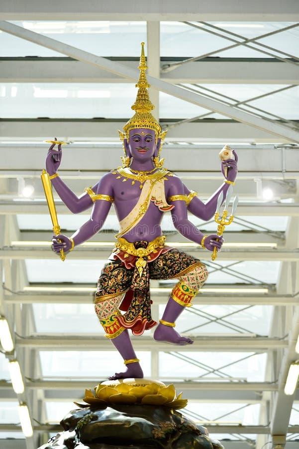 Estátua tradicional tailandesa no aeroporto de Suvanaphumi imagens de stock