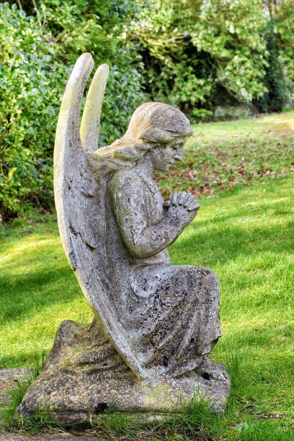 Estátua velha do anjo em um cemitério na costa de Leven do Loch em Escócia, Reino Unido foto de stock royalty free