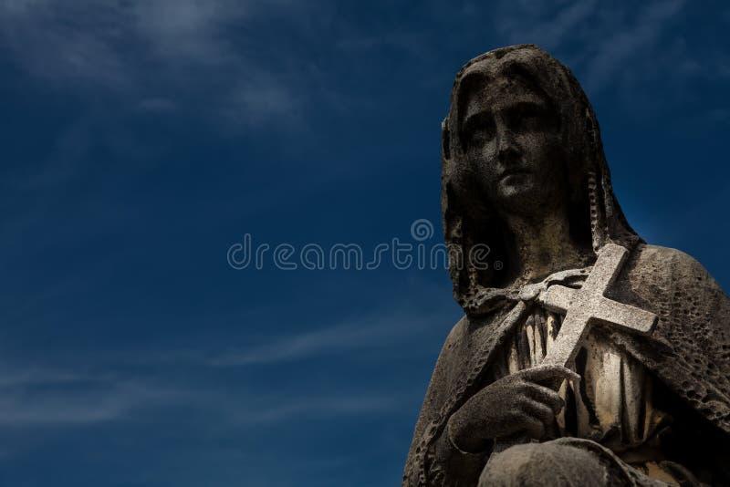 Estátua velha do cemitério fotografia de stock