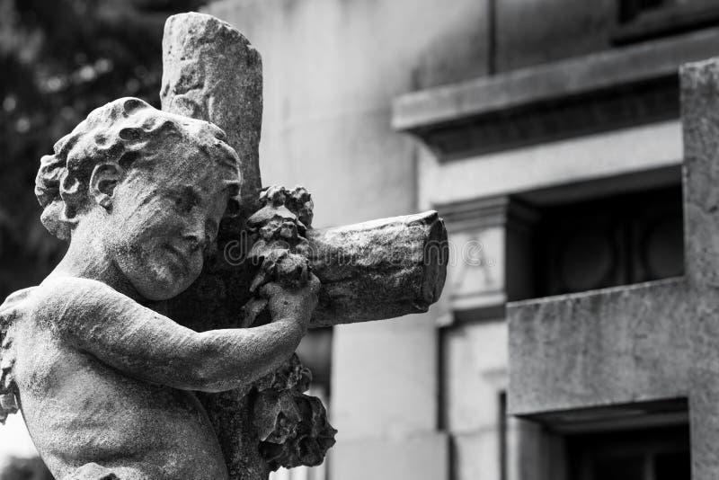 Estátua velha do cemitério fotografia de stock royalty free
