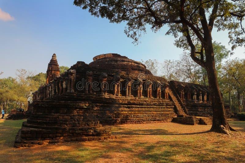 Estátua velha do elefante no parque de Wat Chang Rop Kamphaeng Phet Historical foto de stock