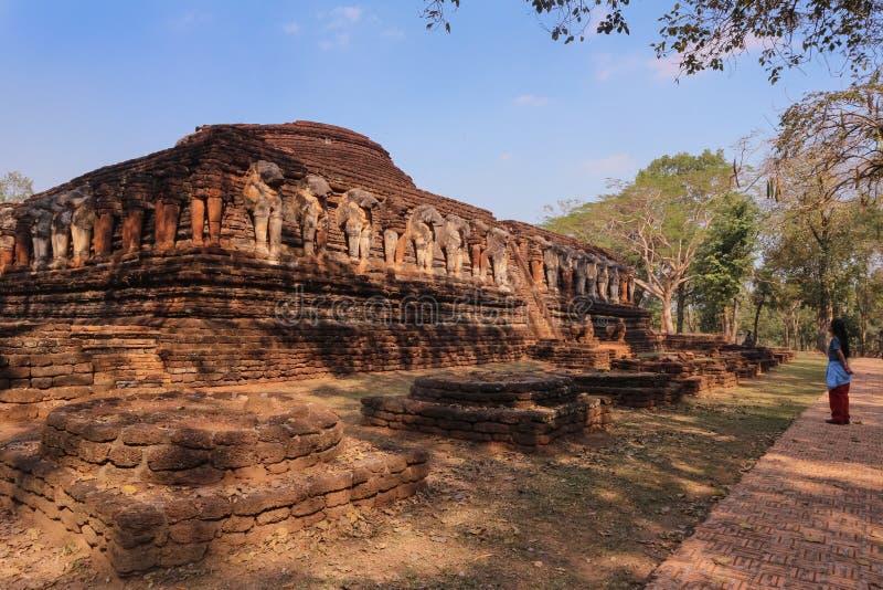 Estátua velha do elefante no parque de Wat Chang Rop Kamphaeng Phet Historical imagem de stock royalty free