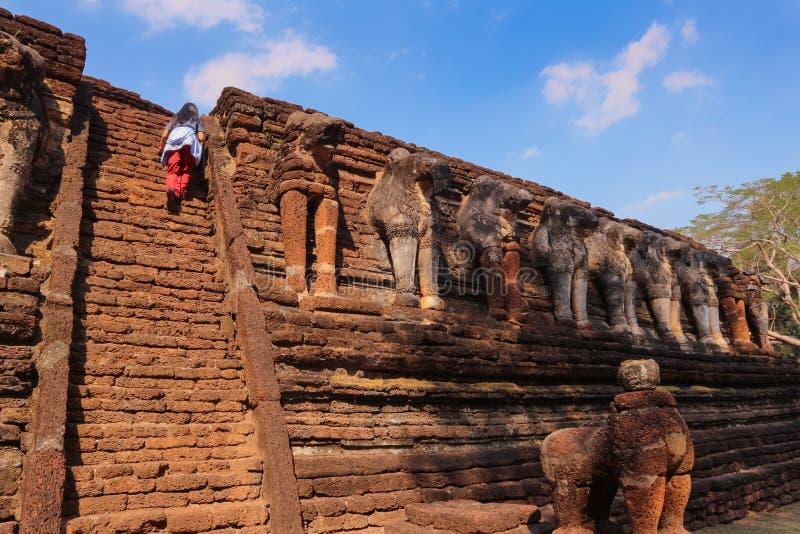Estátua velha do elefante no parque de Wat Chang Rop Kamphaeng Phet Historical fotos de stock royalty free