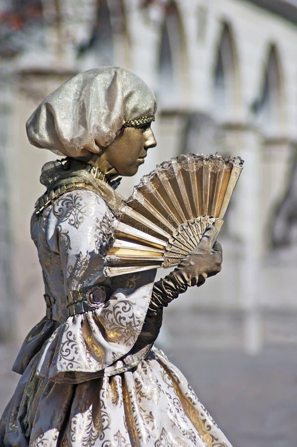 Estátua viva - menina com um ventilador imagens de stock