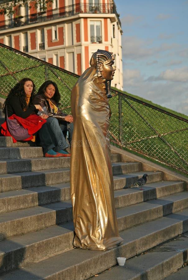 Estátua viva perto da basílica do coração sagrado de Paris foto de stock royalty free