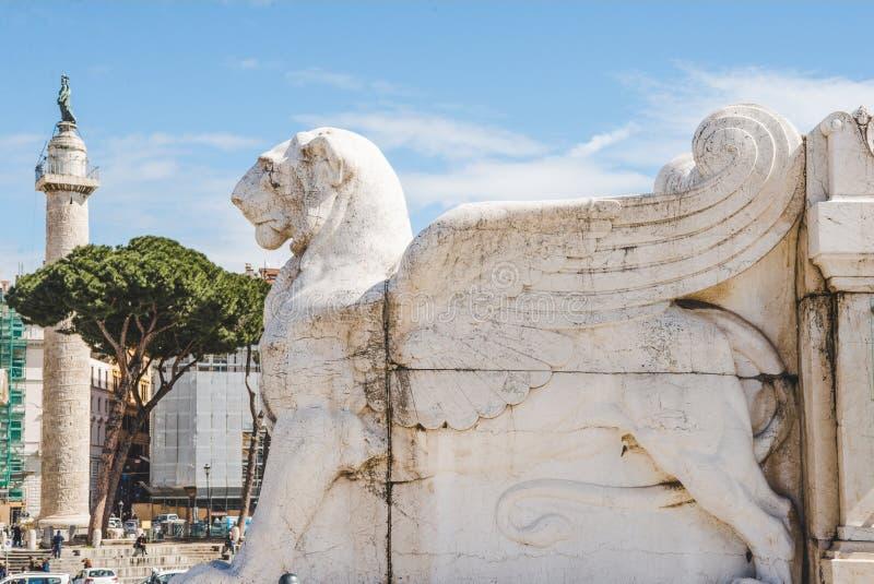 estátua voada antiga do leão no della Patria de Altare (altar da pátria) imagem de stock royalty free