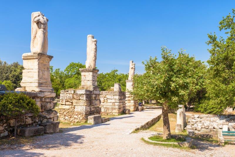 Estátuas arruinadas na ágora do grego clássico, Atenas, Grécia imagens de stock