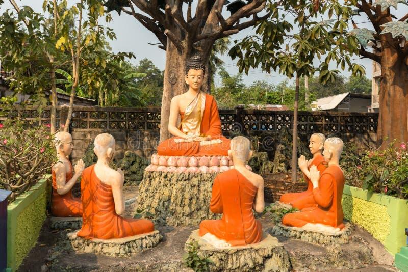 Estátuas da Buda e dos seus seguidores fotos de stock