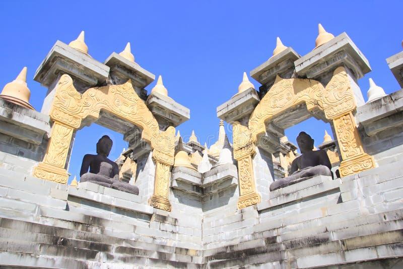Estátuas da Buda em Pa Kung Temple em Roi Et de Tailândia Há um lugar para a meditação fotografia de stock