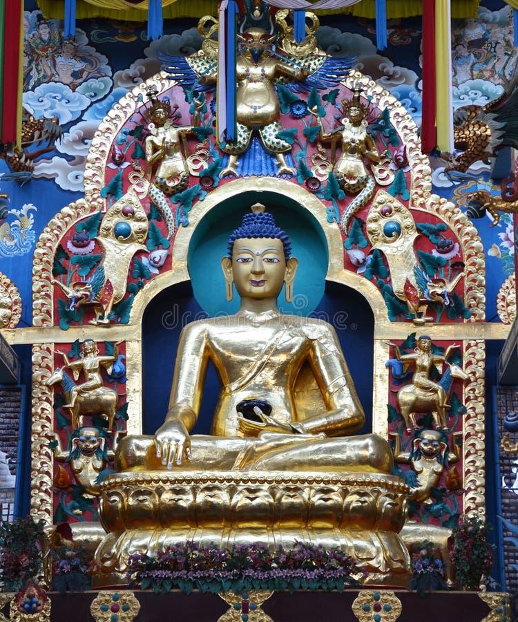 Estátuas da Buda em um monastério tibetano imagens de stock