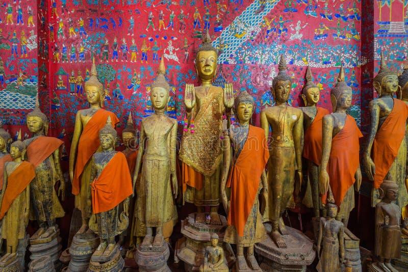 Estátuas da Buda em Wat Xieng Thong em Luang Prabang imagens de stock royalty free