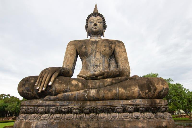 Estátuas da Buda na capital antiga de Wat Mahathat de Sukhothai, Tailândia fotografia de stock royalty free