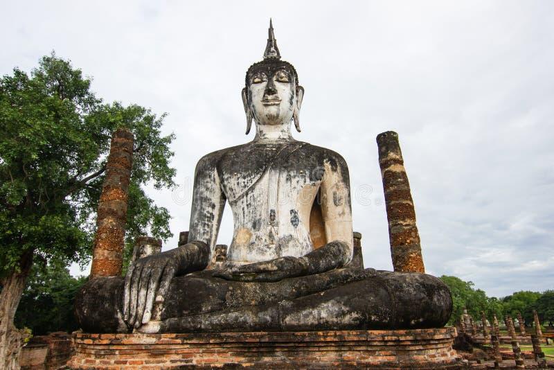 Estátuas da Buda na capital antiga de Wat Mahathat de Sukhothai, Tailândia imagem de stock