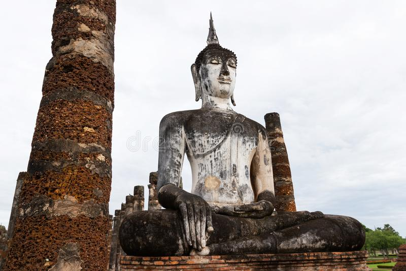 Estátuas da Buda na capital antiga de Wat Mahathat de Sukhothai, Tailândia foto de stock