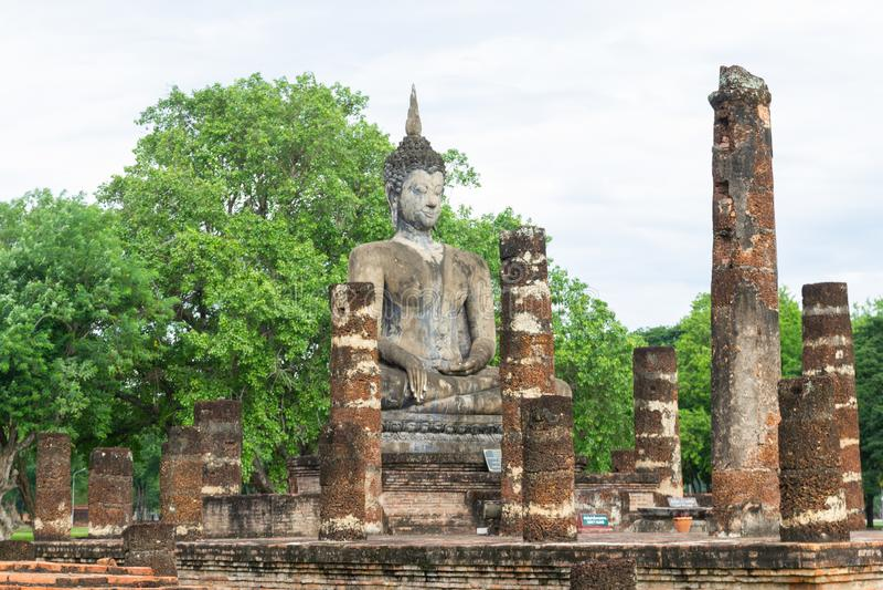 Estátuas da Buda na capital antiga de Wat Mahathat de Sukhothai, Tailândia imagens de stock