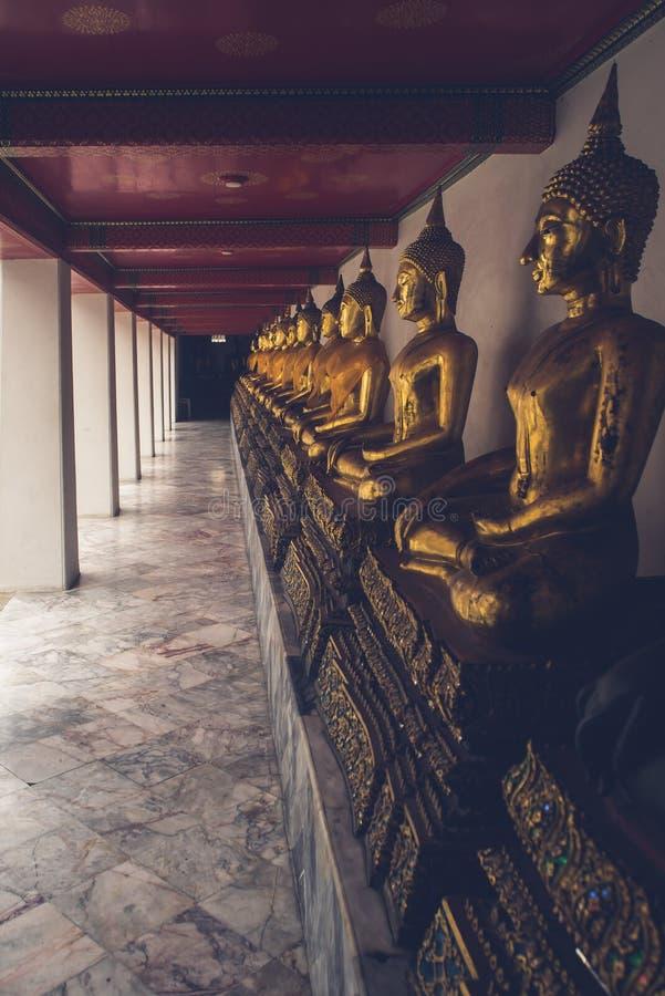 Estátuas da Buda no templo Banguecoque do pho do wat foto de stock royalty free