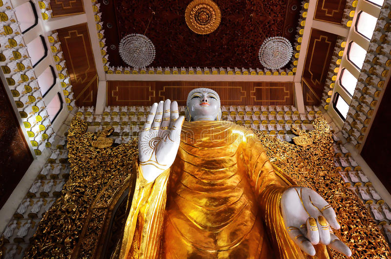 Estátuas da Buda no templo budista burmese de Dhammikarama fotos de stock