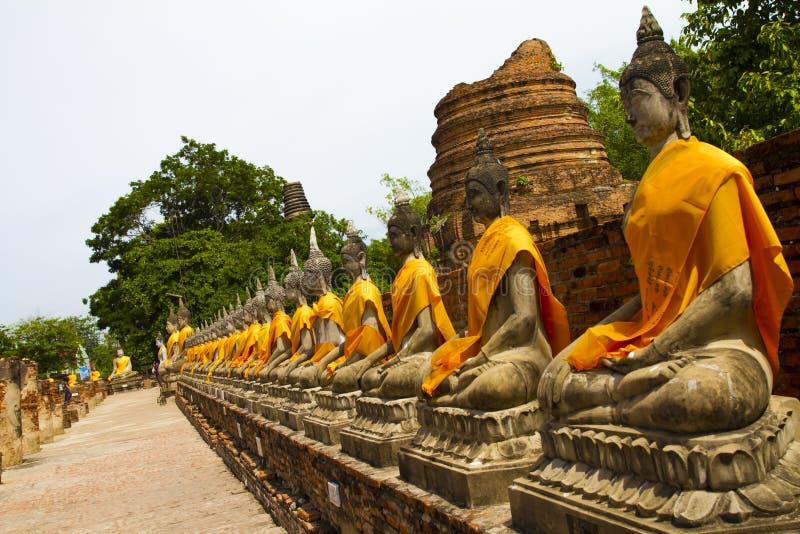 Estátuas da Buda no templo de Wat Yai Chai Mongkol em Ayutthay fotos de stock royalty free