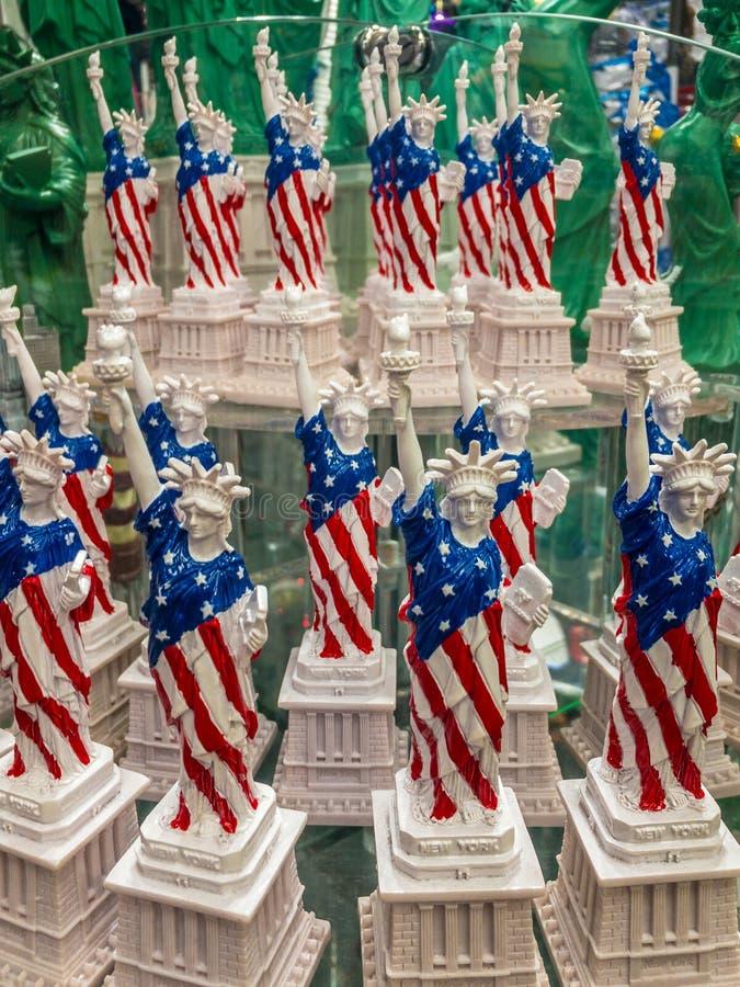 Estátuas da liberdade na prateleira na loja de lembranças fotografia de stock royalty free