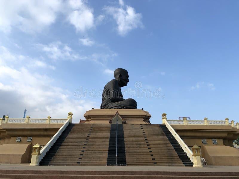 Estátuas da monge budista em Wat Huay Mongkol fotografia de stock