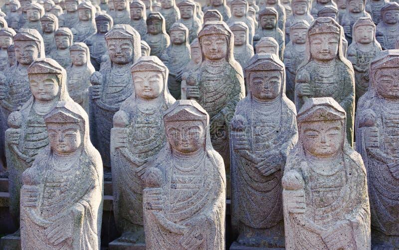 Estátuas de Arahan no templo budista de Gwaneumsa foto de stock