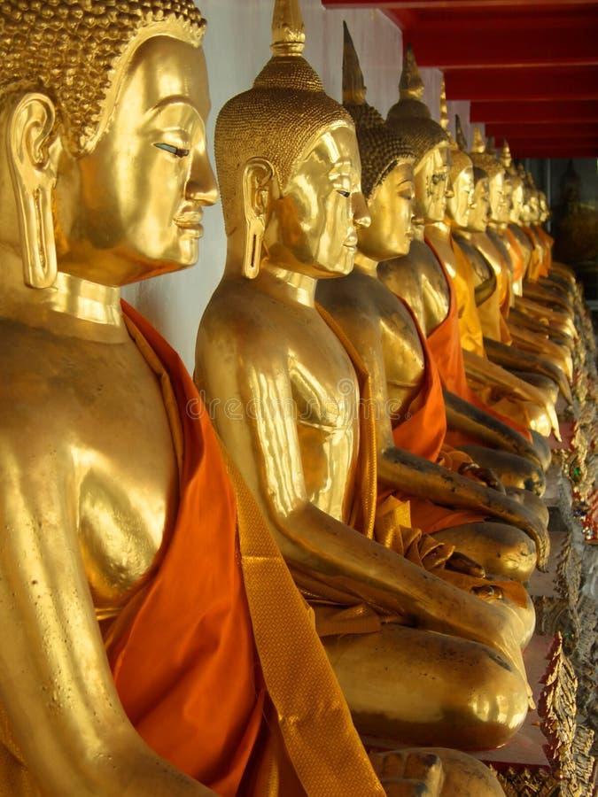 Estátuas de assento douradas de buddha imagens de stock royalty free