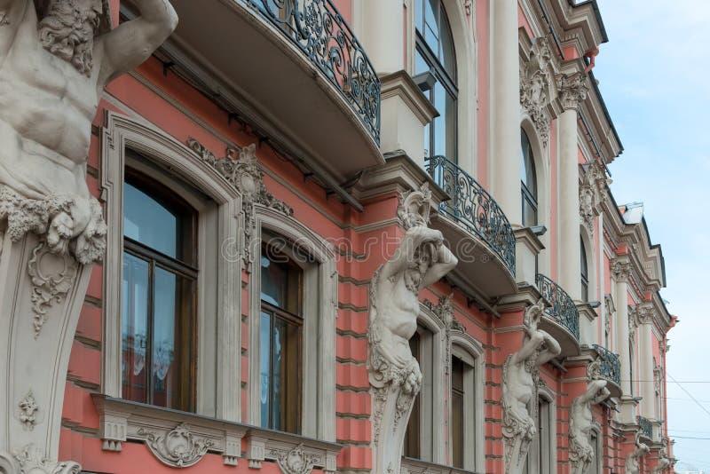 Estátuas de Atlantes na construção em Nevsky Prospekt fotografia de stock royalty free