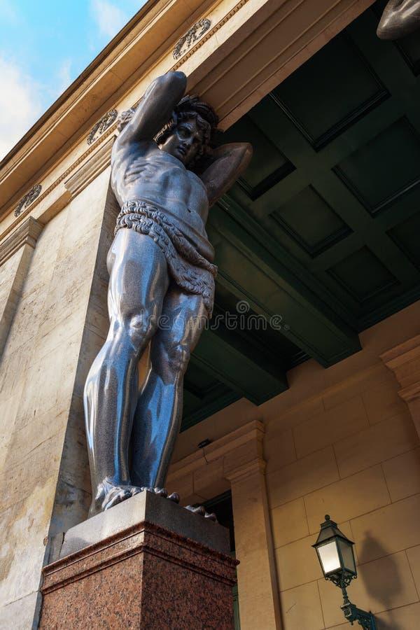 Estátuas de Atlantes no eremitério novo do pórtico em St Petersburg, Rússia foto de stock royalty free