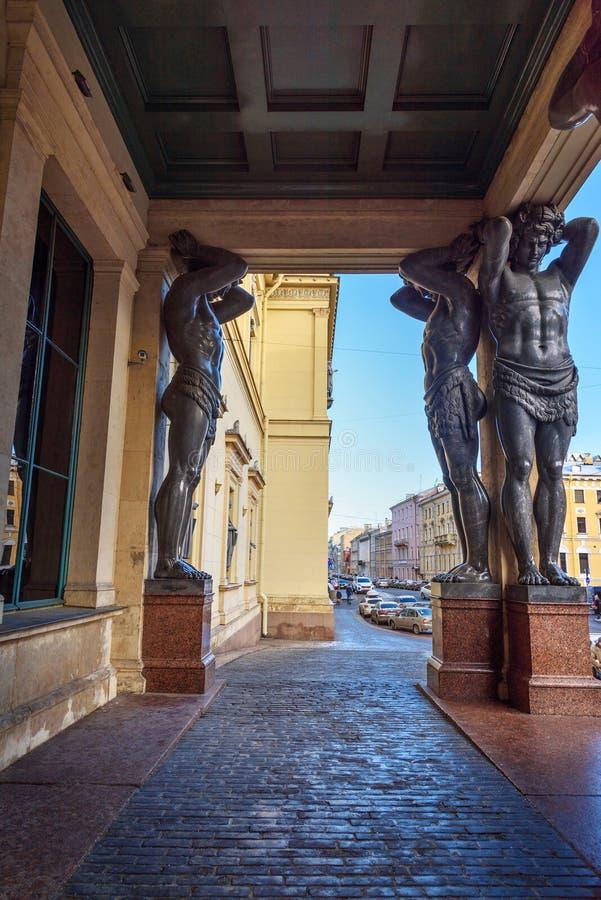 Estátuas de Atlantes no eremitério novo do pórtico em St Petersburg, Rússia fotos de stock royalty free