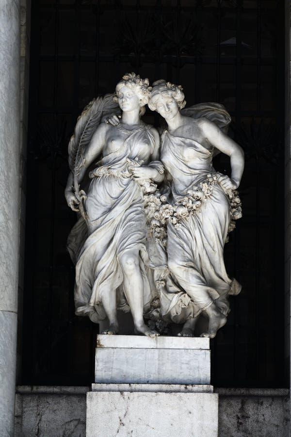 Estátuas de mármore das mulheres imagens de stock royalty free