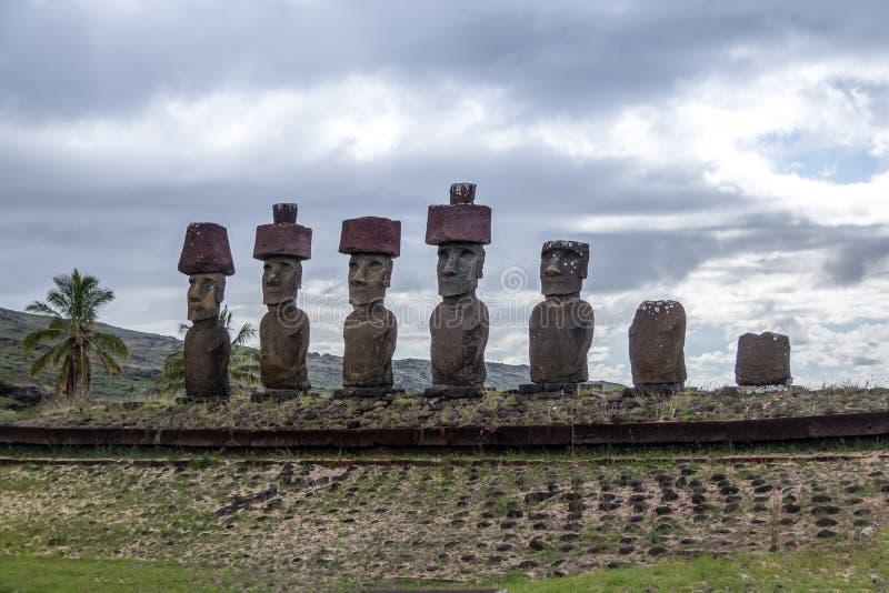 Estátuas de Moai de coques vestindo de Ahu Nau Nau perto da praia de Anakena - Ilha de Páscoa, o Chile fotos de stock royalty free