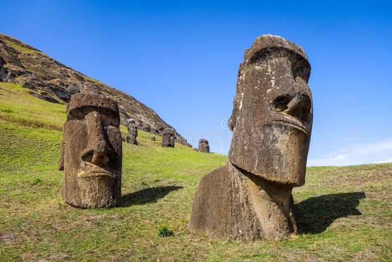 Estátuas de Moais no vulcão de Rano Raraku, Ilha de Páscoa fotografia de stock royalty free
