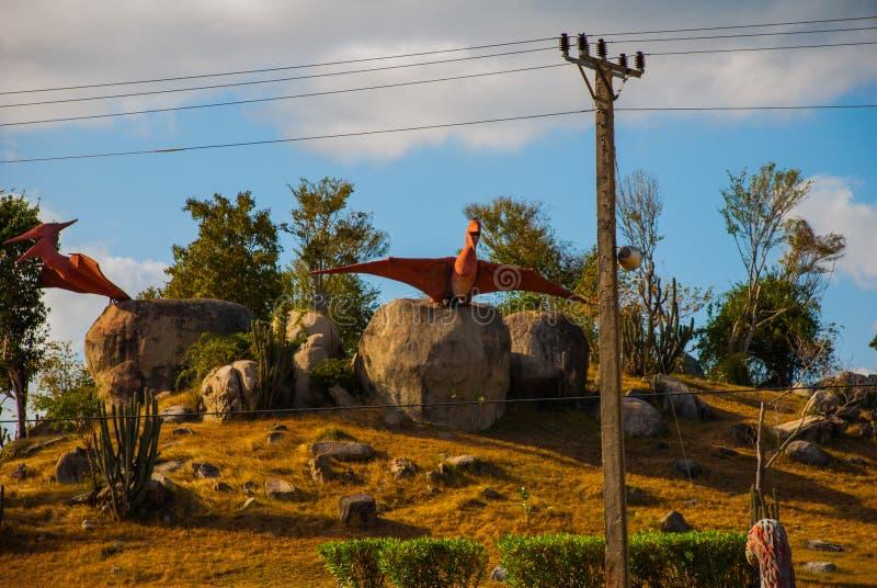 Estátuas de pássaros antigos do dinossauro Modelos animais pré-históricos, esculturas no vale do parque nacional em Baconao, Cuba imagens de stock royalty free