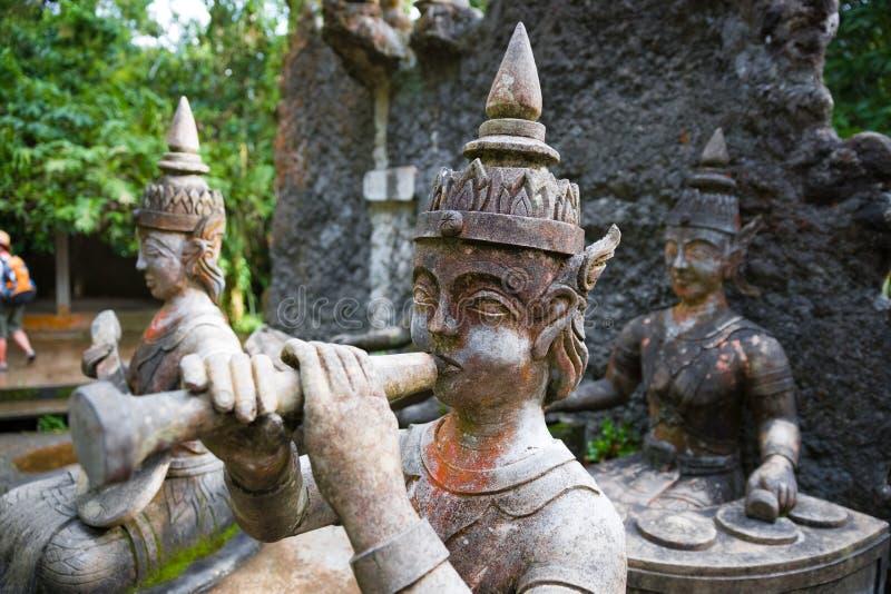 Estátuas de pedra antigas velhas no jardim mágico do budismo secreto, Koh Samui, Tailândia imagem de stock royalty free