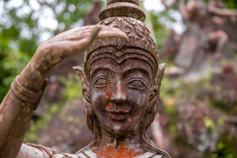 Estátuas de pedra antigas velhas no jardim mágico do budismo secreto, Koh Samui, Tailândia fotografia de stock