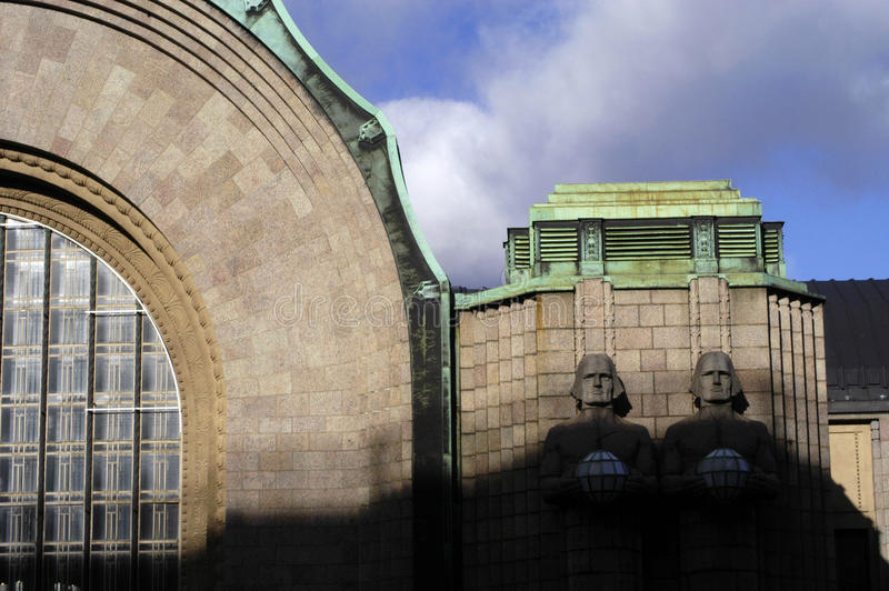 Estátuas de pedra na estação principal de Helsínquia, Finlandia imagem de stock