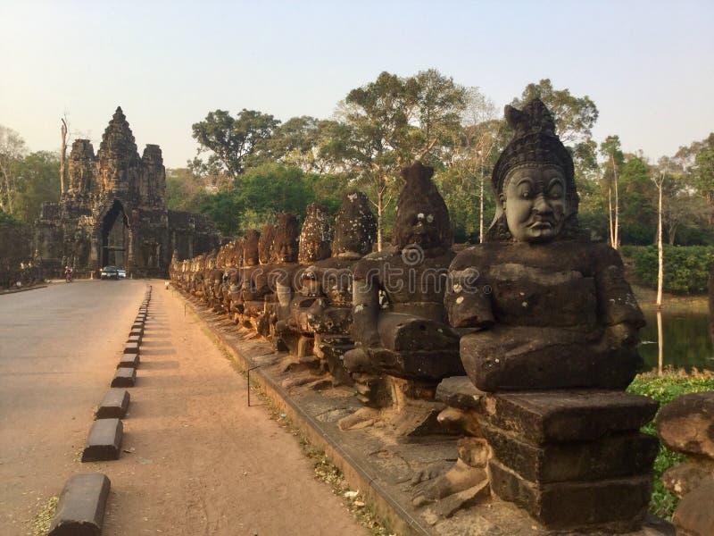 Estátuas de pedra Porta sul, Angkor cambodia fotos de stock royalty free