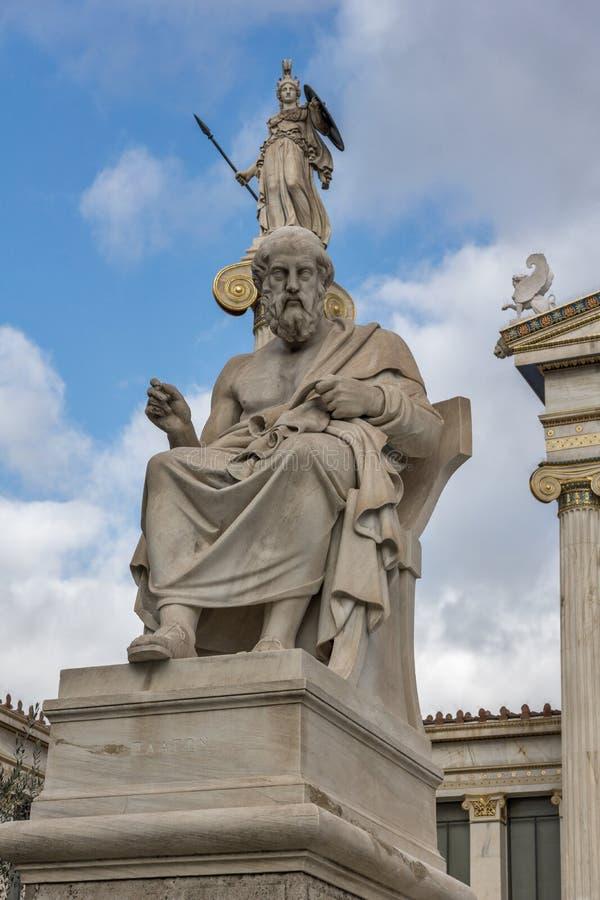Estátuas de Plato e de Athena na frente da academia de Atenas, Grécia imagens de stock royalty free