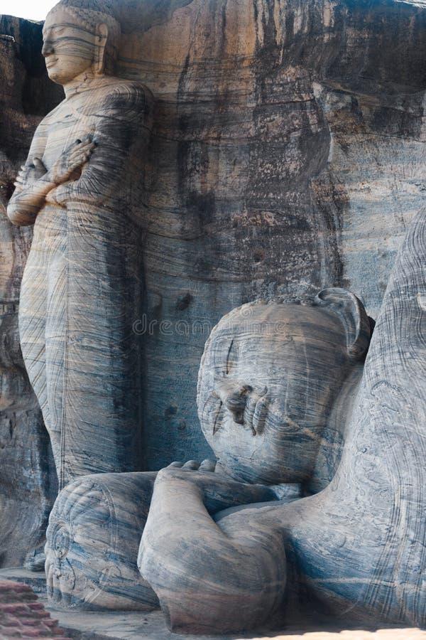 Estátuas de reclinação estando Polonnaruwa de Buddha imagem de stock