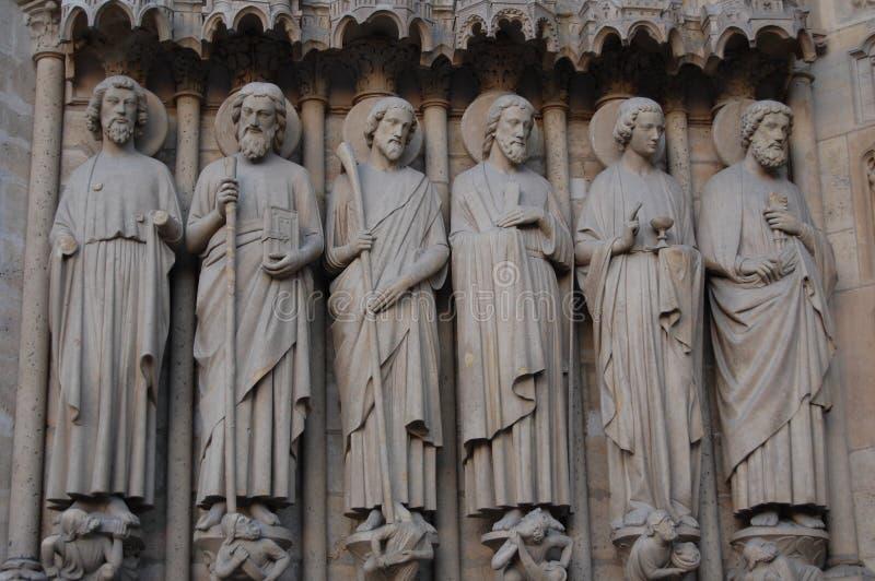Estátuas de Saint, Notre Dame Cathedral em Paris, França foto de stock