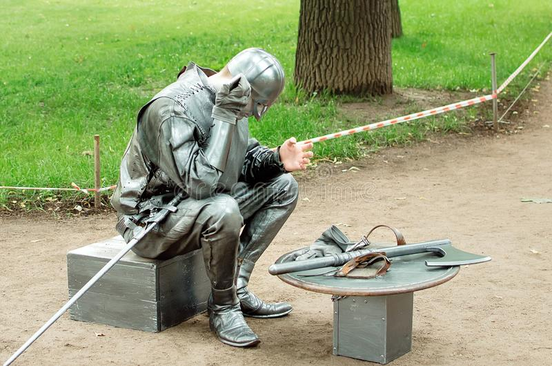 Estátuas de vida para o entretenimento dos turistas em St Petersburg fotografia de stock royalty free
