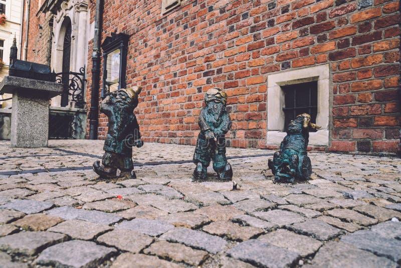 Estátuas deficientes dos anões em Wroclaw fotos de stock