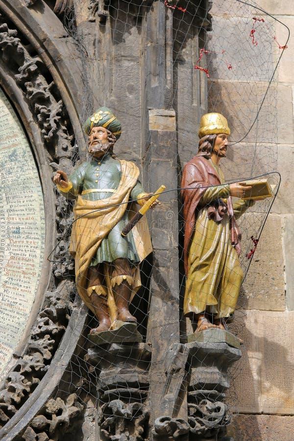 Estátuas do astrônomo e do cronista no cloc astronômico de Praga imagem de stock royalty free