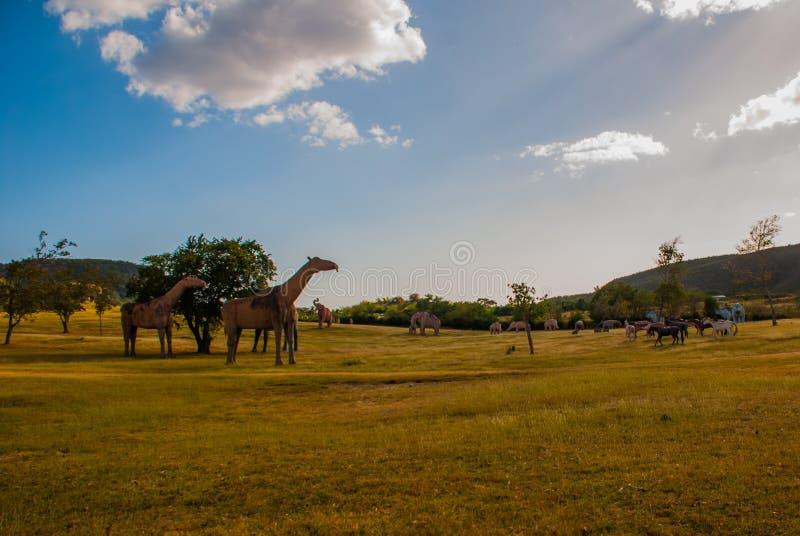 Estátuas do dinossauro no campo Modelos animais pré-históricos, esculturas no vale do parque nacional em Baconao, Cuba fotografia de stock