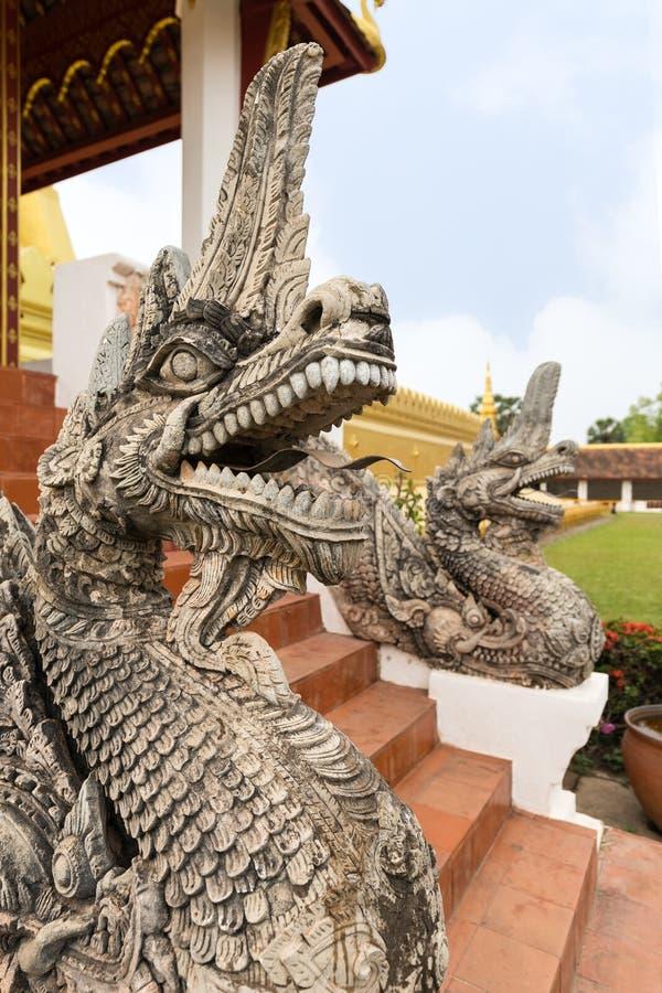 Estátuas do dragão em Pha que Luang foto de stock royalty free