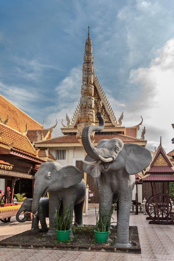 Estátuas do elefante em Royal Palace imagens de stock royalty free
