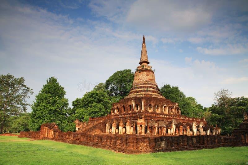 Estátuas do elefante em torno do pagode antigo em Wat Chang Lom fotos de stock royalty free