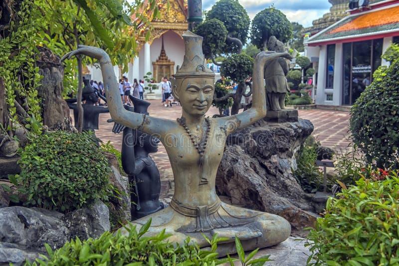 Estátuas do eremita em mostrar uma postura da terapia da massagem no templo da Buda ou de Wat Pho de reclinação, Banguecoque, Tai fotografia de stock royalty free
