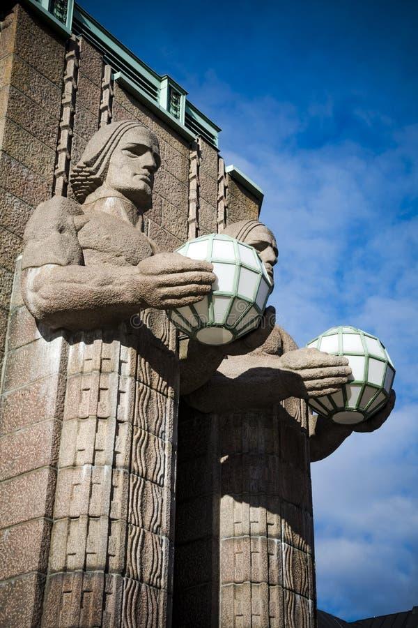 Estátuas do granito da estação de trem de Helsínquia que guardam lâmpadas fotos de stock